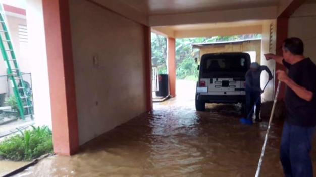 Derrumbes e inundaciones provocan caos en zona central