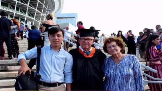 Don Ismael se gradúa de ingeniería a sus 78 años