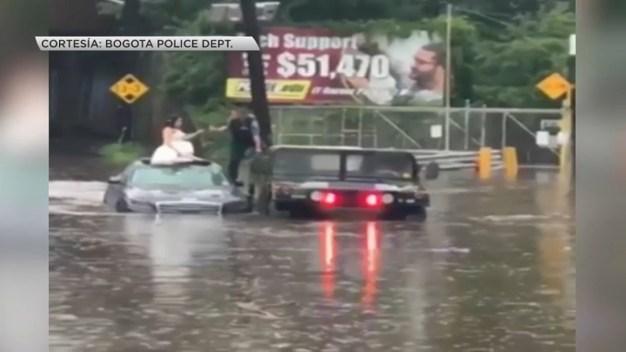 Rescatan a recién casados de brutal inundación
