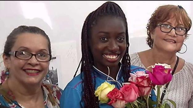 Vallista olímpica Grace Claxton visita estudiantes en Santurce