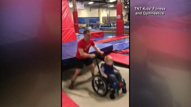 Viral: niño en silla de ruedas disfruta del salto de su vida