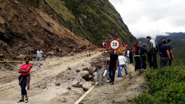 Alud arrastra autobús en Colombia; hay al menos 13 muertos