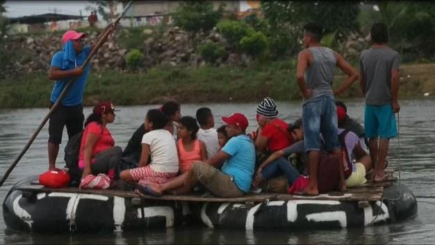 Migrantes cruzan en balsa el río Suchiate