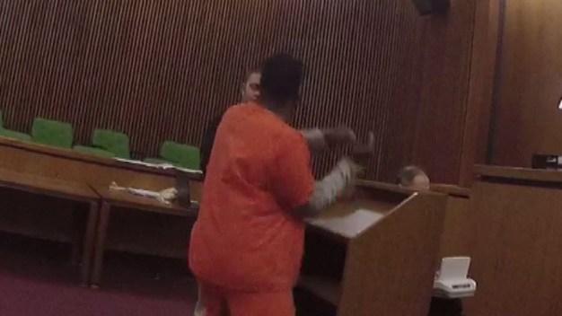 En video: condenado ataca a puñetazos a su abogado