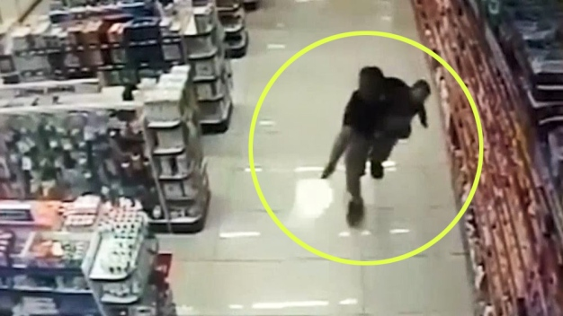 A los tiros con bebé en brazos y mata a ladrones