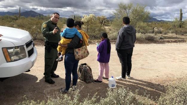 Retiran cargos a 17 inmigrantes que cruzaron con niños