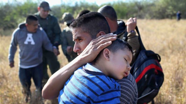 Cientos de niños separados de sus padres en la frontera