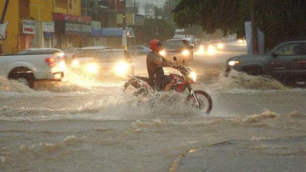 Huracán Lorena mantiene en vilo al noroeste de México