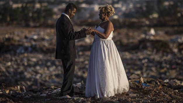 Historia de amor: se casan entre toneladas de basura