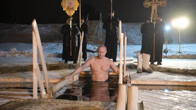 Putin se baña en agua helada para celebrar la epifanía
