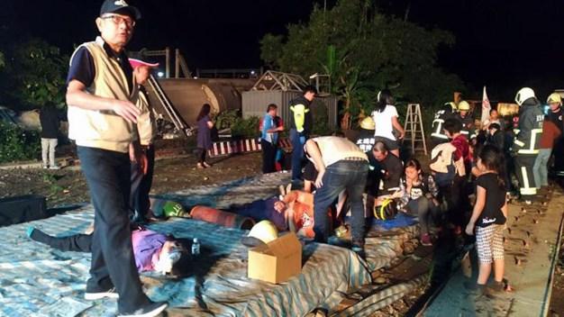 Descarrilamiento deja al menos 18 muertos