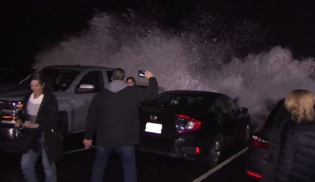 En video: olas gigantescas causan estragos y pánico