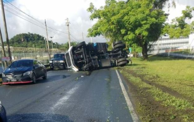 Camión se vuelca frente a la antigua CAPECO