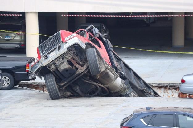 Se lo tragó: camión cae en inmenso