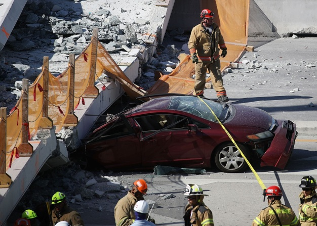 "AP: puente peatonal cayó durante ""prueba de estrés"""