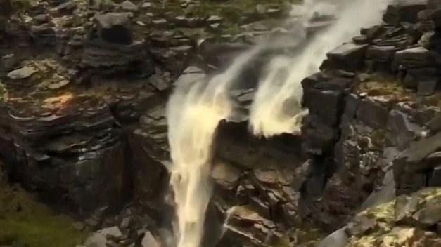Extraña ilusión óptica en video: catarata fluye hacia arriba