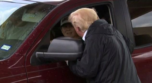 El Presidente sorprende a la comunidad cargando vehículos