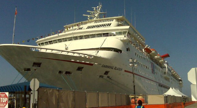 Mujer muere después de caer de balcón de un crucero
