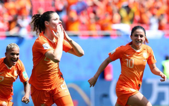 Holanda vence a Camerún y logra pase a la siguiente fase