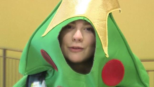 Se vuelve árbol de Navidad ambulante gracias a Twitter