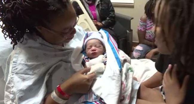 [TLMD - NATL] Insólito: bebé nace en inodoro con ayuda de niña de 11 años