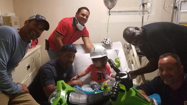 Brigada sorprende a niño hospitalizado
