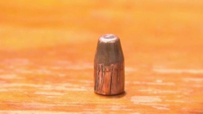 Joven recibe impacto de bala en el área genital