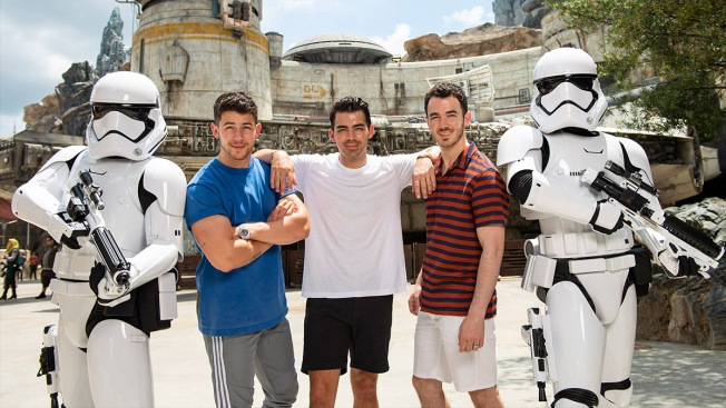 Los Jonas Brothers visitaron el anticipado Star Wars: Galaxy's Edge