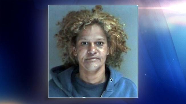 Policía: Mujer roba accesorio navideño para comprar drogas