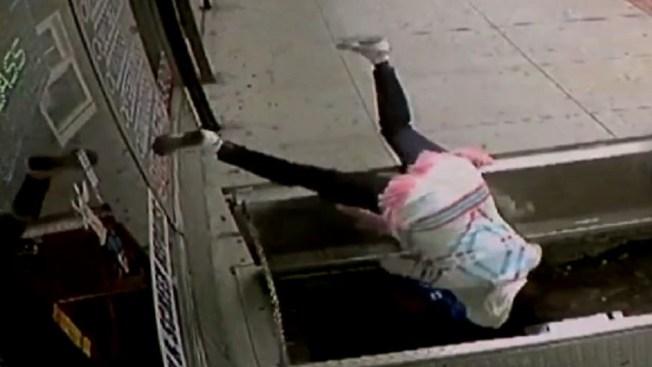 Mujer cae casi dos metros distraída por un celular mientras caminaba
