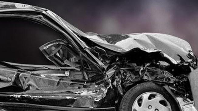Accidente fatal: Sexagenario impacta dos carros y un poste