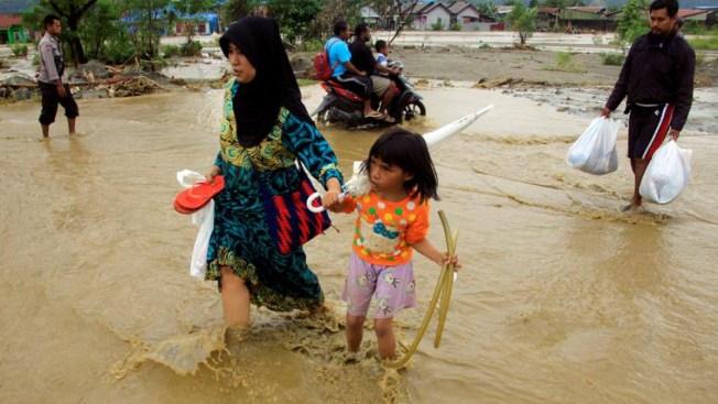 Inundaciones en Indonesia causan decenas de muertos