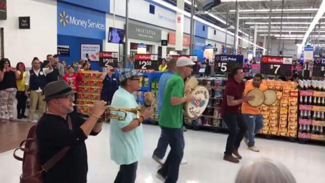 Tremendo parrandón en Wal-Mart de Kissimmee