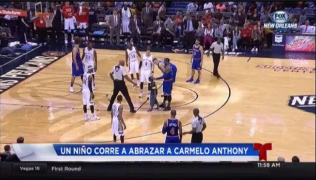 Niño desafía la seguridad para abrazar a Carmelo Anthony