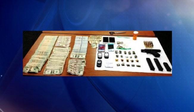 Ocupan $22 mil, drogas y armas
