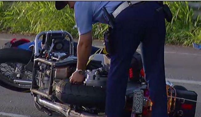 Motociclista muere tras impactar una grúa
