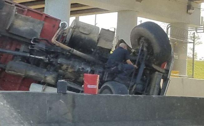 Camión volcado en el Expreso 22