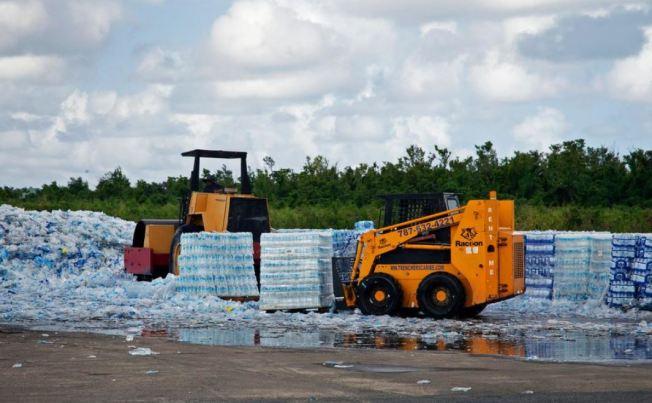 Comienzan proceso de reciclaje con botellas de agua en Ceiba