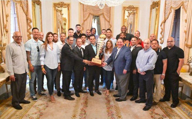 Gobernador reconce a los Capitanes de Arecibo