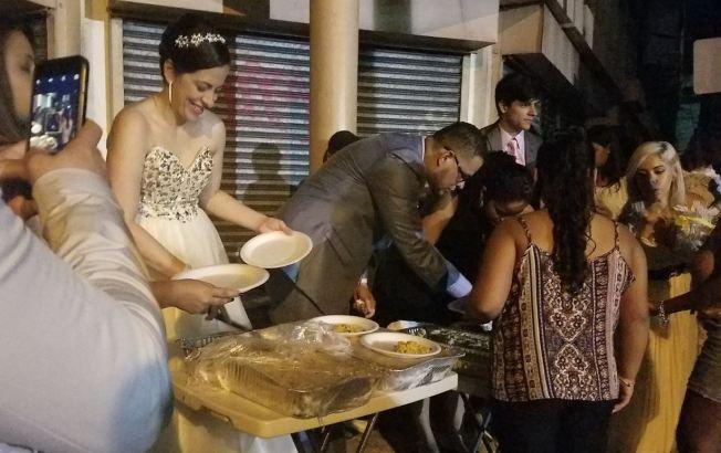 Recién casados celebran fiesta de bodas con personas sin hogar