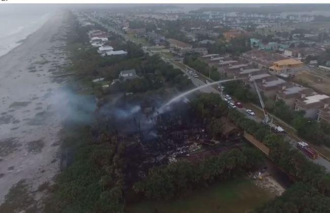 Fuego destruye enorme mansión en Florida