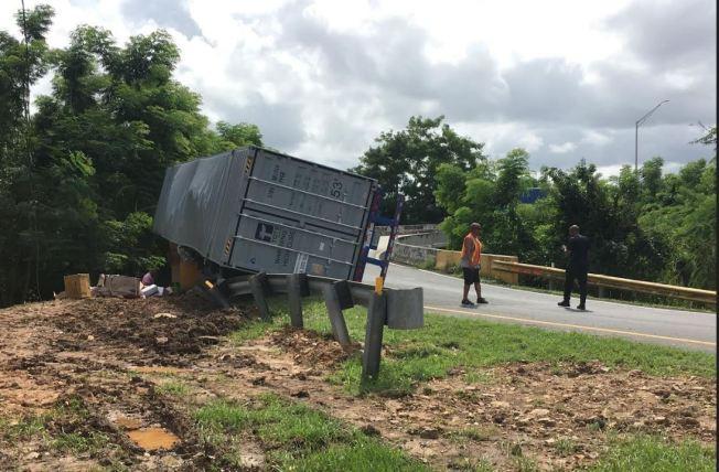 Cierran salida hacia el Túnel Minillas tras volcarse camión