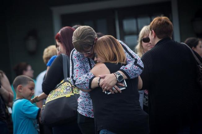 Mujer atropella dos policías en funeral de boricuas en Orlando