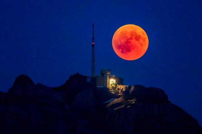 """""""Luna de sangre"""", así fue el eclipse de luna más largo del siglo"""