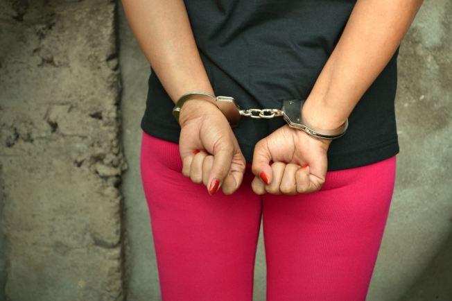 Mujer es arrestada por Ley 54 y obstrucción a la Justicia
