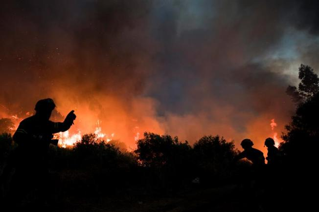 Trabajan para aminorar emisiones de humo de sofocado incendio en Cabo Rojo