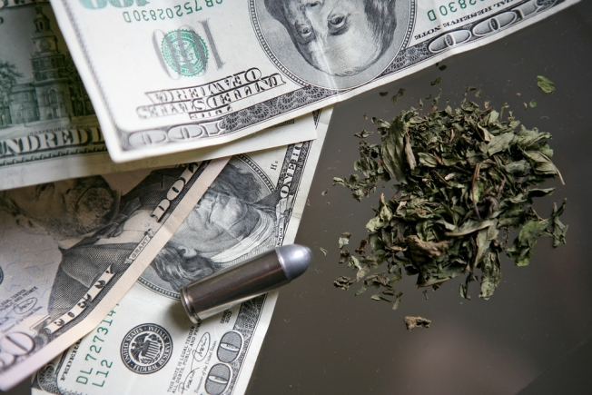 Arrestan fugitivo federal con sobre $30,000 y drogas
