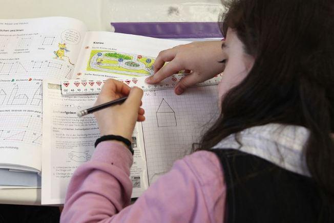 Padres deberán aisistir a escuelas para recoger notas de sus hijos