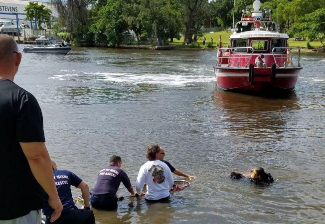 Camioneta cae al río Miami; chofer en condición crítica
