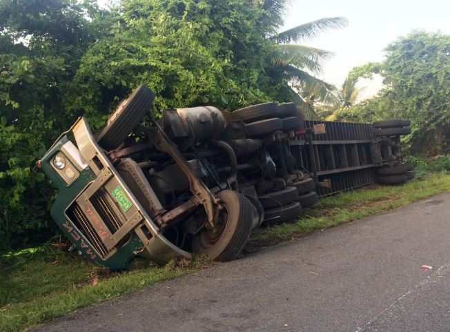 Conductor queda pillado tras volcarse camión